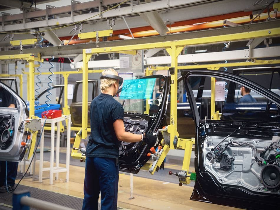 AR/VR technology in manufacturing - hololens volvo - woman using AR in manufacturing